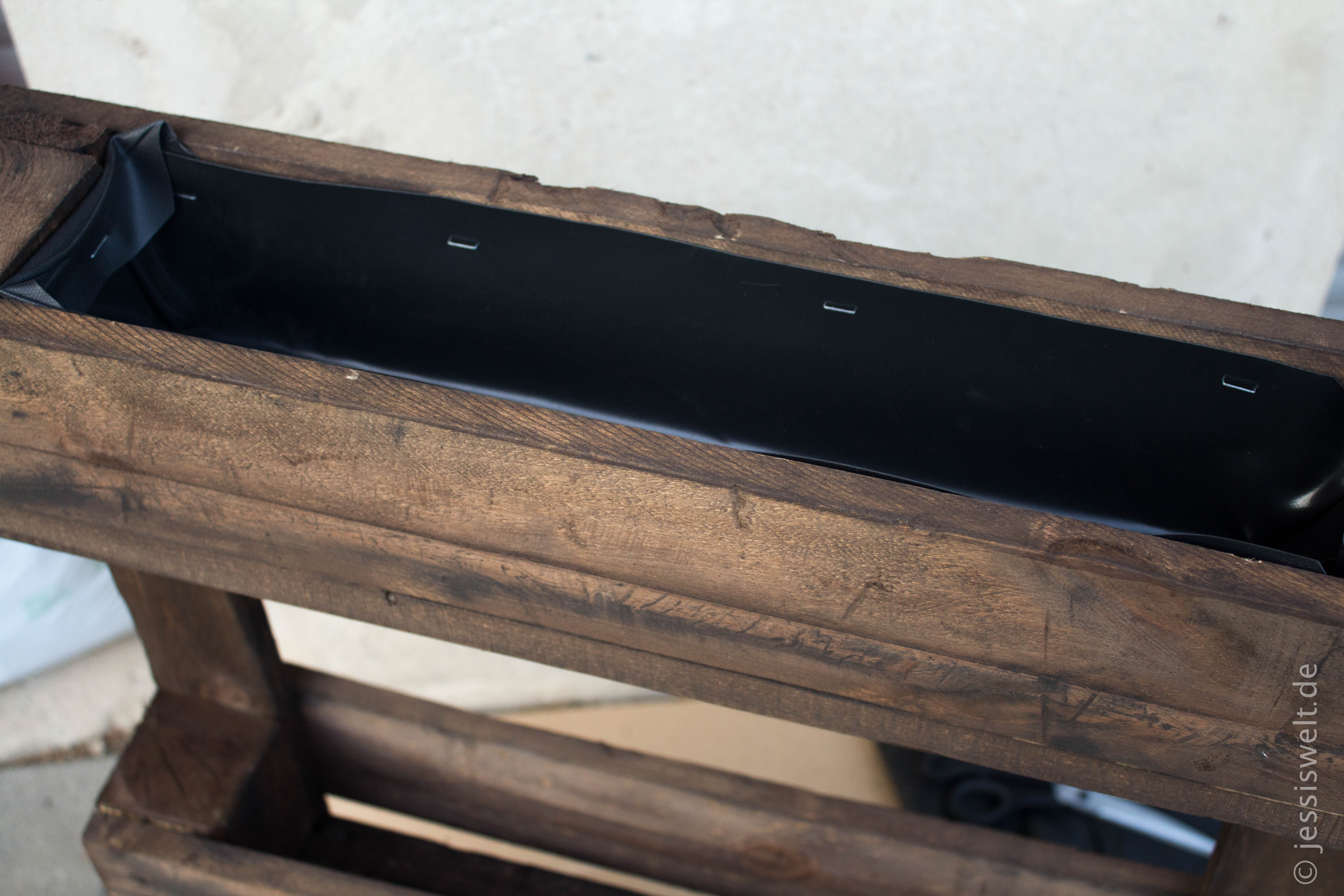 blumenkasten aus einer palette jessi 39 s welt. Black Bedroom Furniture Sets. Home Design Ideas